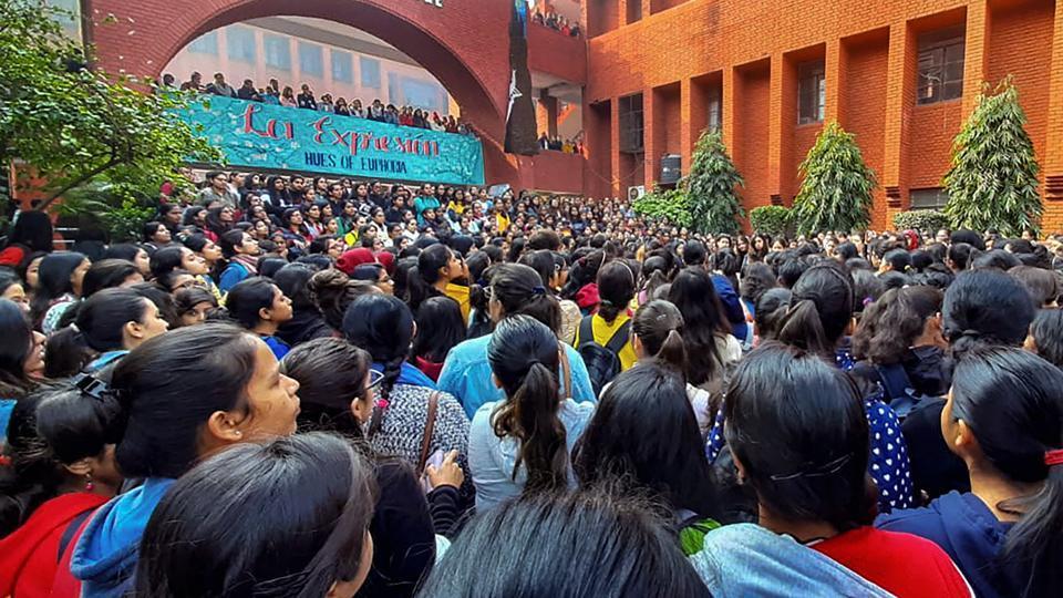 गार्गी कॉलेज छेड़छाड़ मामला : छात्राओं का प्रदर्शन, पुलिस ने दर्ज की एफ़आईआर | न्यूज़क्लिक