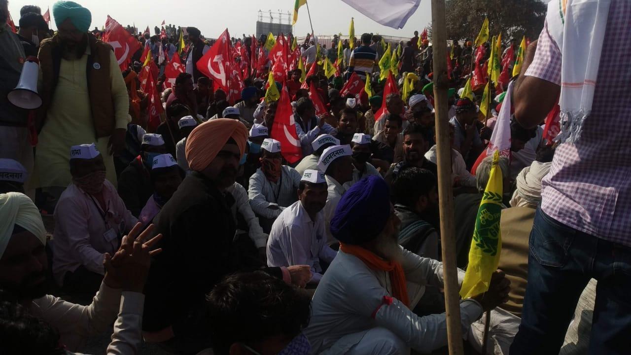 Image result for देश में किसान आंदोलन की लहर छाई हुई है। किसानों के साथ-साथ देश के अन्य लोग भी किसान आंदेलन का समर्थन कर रहें है। इतना ही नहीं 26 जनवरी की घटना के बाद सोशल मीड़िया पर तो अलग ही समर्थक व विरोधियों का गुट बन गए है। कुछ लोग किसानों के समर्थन में है, तो कुछ लोग किसानों के विरोध में है, मगर मुद्दा सभी का एक ही है वो है किसान और सरकार।
